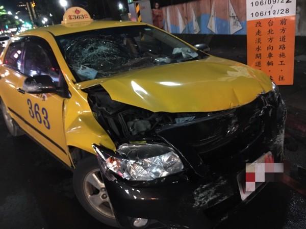 遭波及的計程車右前車頭毀損,引擎蓋都變形了。(記者曾健銘翻攝)