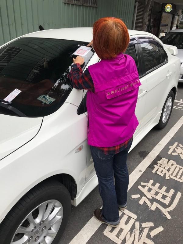 行政執行署新北分署對積欠停車費車輛進行強制查封。(新北分署提供)
