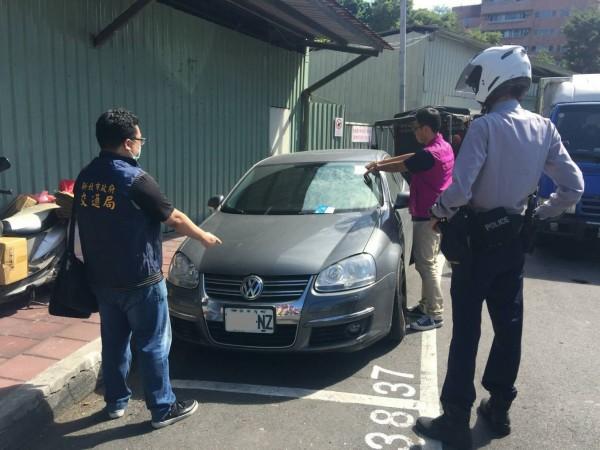 行政執行署新北分署對積欠停車費車輛進行強制查封,不乏Benz、Audi及Mini Cooper等名車。(新北分署提供)