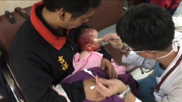 男嬰慘遭波及頭部身體都有紅漆(記者吳昇儒翻攝)