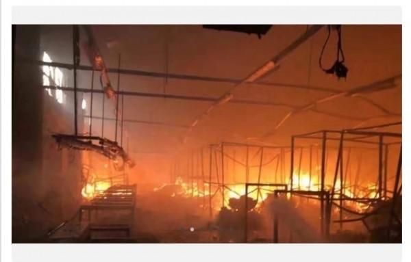 今早聚陽柬埔寨廠車間內發生火災。(記者陳柔蓁翻攝自PTT)