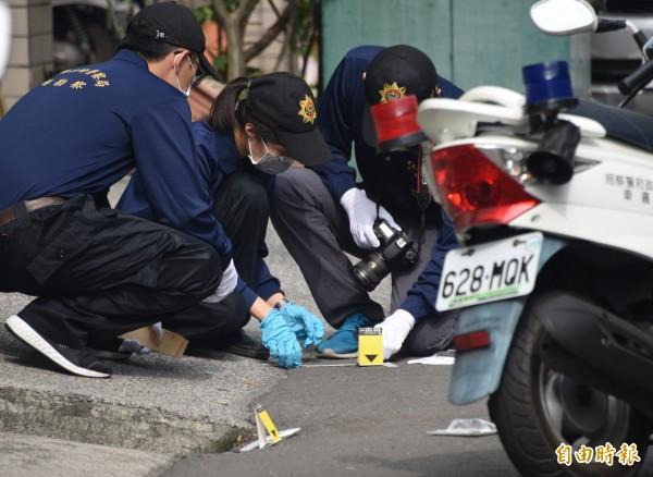 警方鑑識人員正在槍擊現場進行採證(記者葉永騫攝)