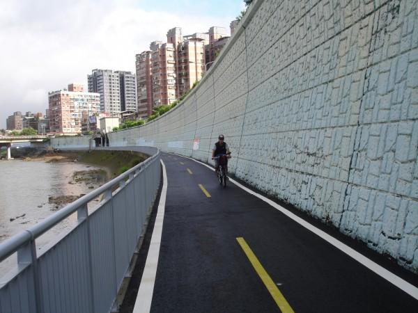 自景美溪下游左岸世新三水門至大鵬華城堤外綠地公園間的景美溪左岸自行車道完工,全長約1.45公里。(新北市高灘地工程管理處提供)