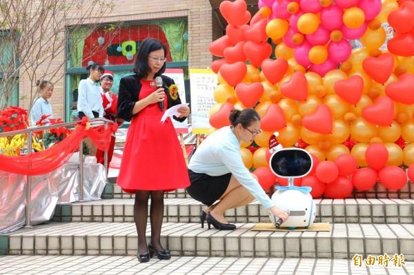 環球科大董事長許淑敏邀請智慧機器人Zenbo支持心願樹活動,成為家扶兒童實現耶誕心願的第一位「聖誕公公」。(記者詹士弘攝)