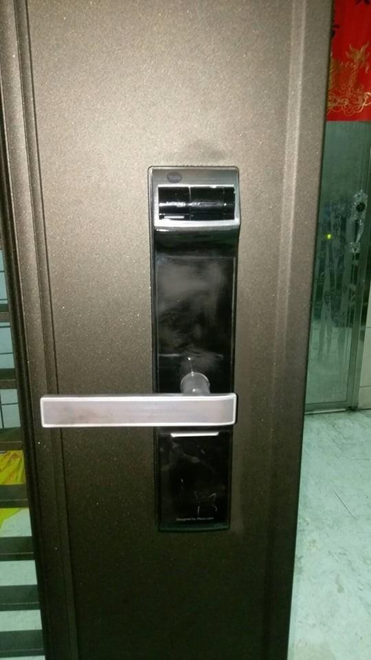 大門為密碼加指紋鎖。(記者鄭景議翻攝)
