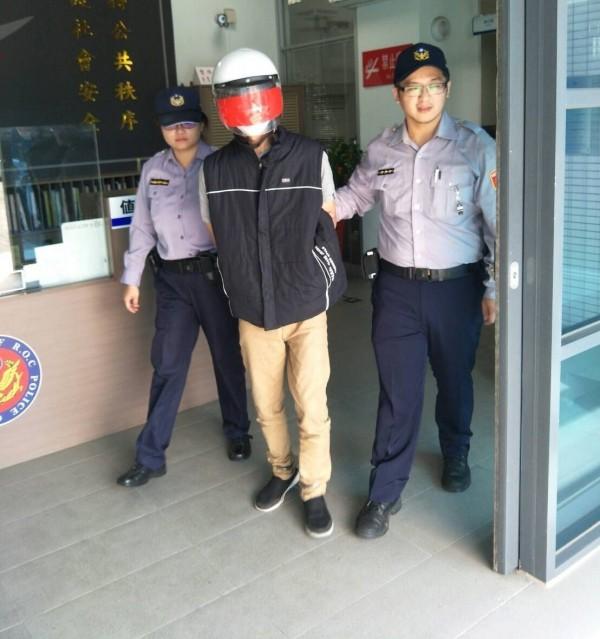 張姓男子涉嫌搭計程車運毒,卻被直接載到派出所移送法辦。(記者陳建志翻攝)