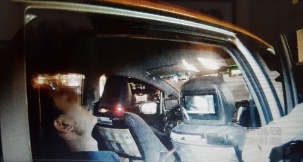 張姓男子昨天搭計程車運毒,途中突然大叫「我是三太子降駕」,司機嚇到把車開到派出所,警方當場在他隨身塑膠袋起出大批毒咖啡等毒品。(記者陳建志翻攝)
