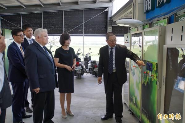 尼加拉瓜駐台大使達比亞聽取開陽集團說明太陽能光電發展。(記者詹士弘攝)