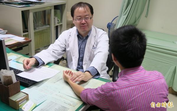 衛福部彰化醫院中醫張煒東表示,經常熬夜,容易造成舊傷復發與引起風濕疾病。(記者陳冠備攝)
