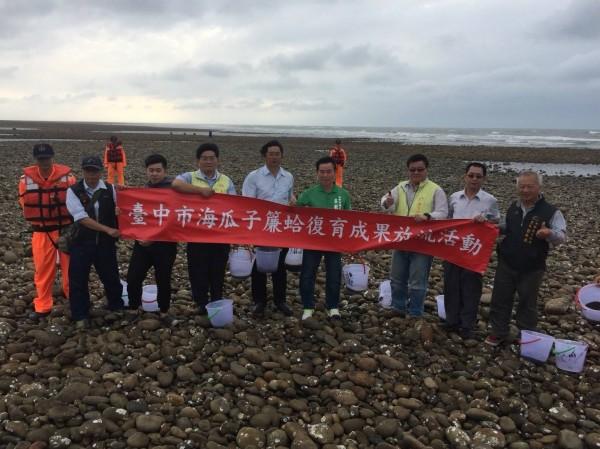 農業局在大甲區松柏漁港附近進行海瓜子簾蛤放流復育活動。(農業局提供)
