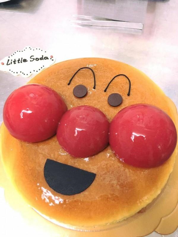 陳男製作的糕點造型童趣十足。(擷自雅妃臉書,記者許國楨攝)