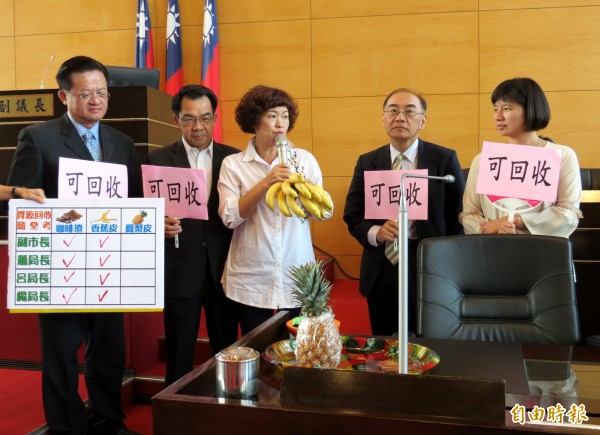 市議員李麗華(左3)在議場進行隨堂考,請副市長林依瑩(右1)、衛生局長呂宗學(右2)、警察局長楊源明(左2)、消防局長蕭煥章(左1)回答咖啡渣、果皮能否回收。(記者張菁雅攝)