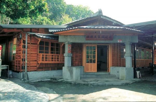 安通溫泉業者仍保留日治時期建造的木造平房,相當具有日式泡湯風情。(花蓮縣政府提供)