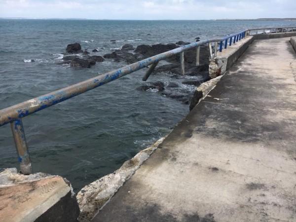西瀛虹橋北端入口處堤防崩塌,出現10公尺長度缺口。(陳慧玲提供)