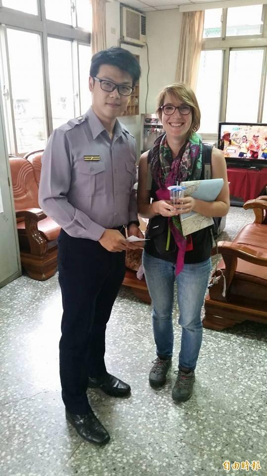 法國籍女子來台旅遊,受到台灣警方協助,特地向苗栗三灣所所長致謝。(記者鄭名翔翻攝)