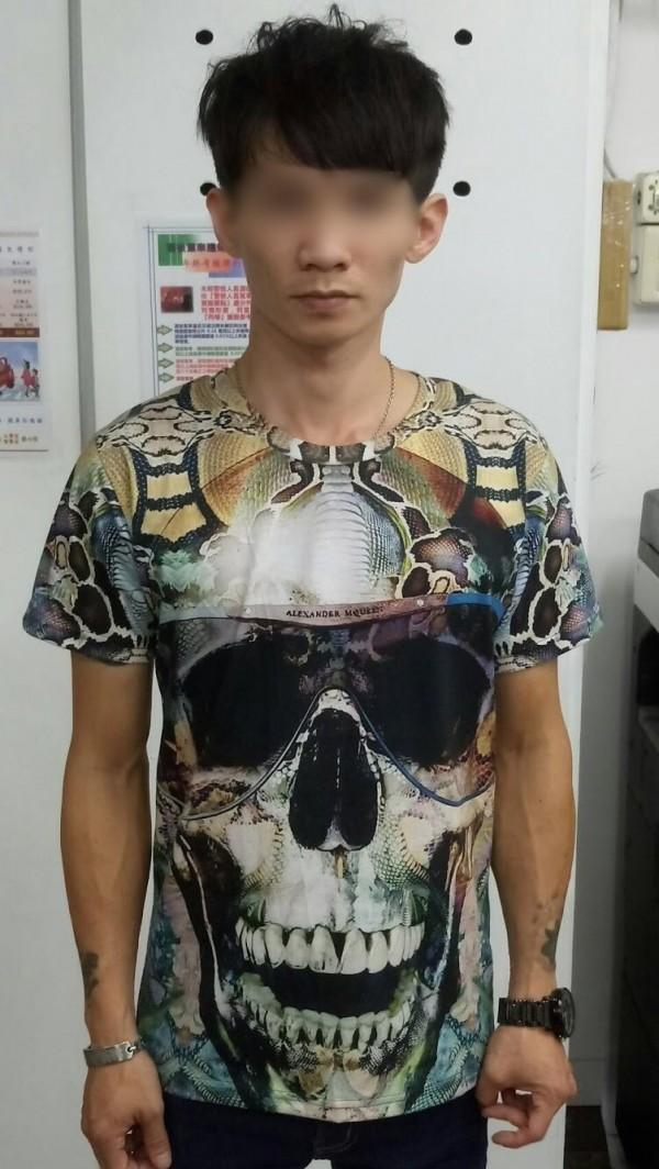 陳姓男子騎車未戴安全帽,被警方攔下盤查,眼尖發現他右邊口袋「鼓鼓的」,原來是藏安非他命毒品。(記者黃良傑翻攝)