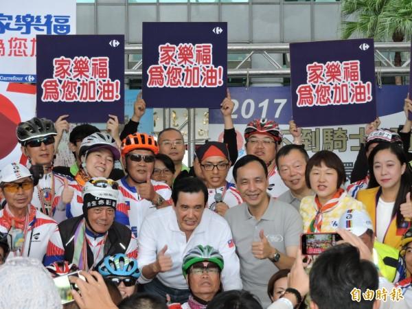46位抗癌鬥士耗時10天完成1100公里單車環台的壯舉,車隊今天下午抵達終點新北市政府。(記者賴筱桐攝)