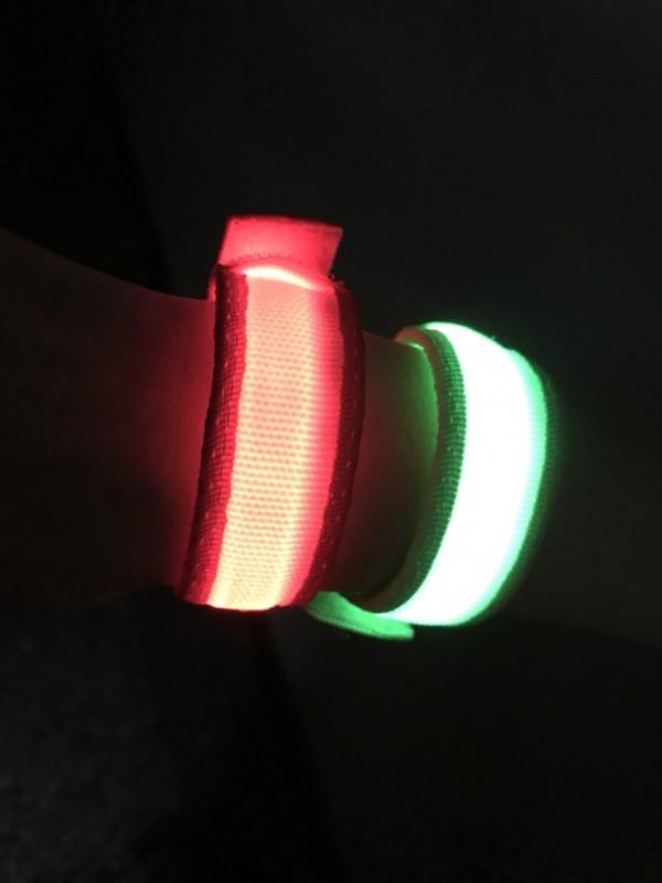 基隆市警交通隊將發送1000組閃亮手環,保護長者「行的安全」。(記者吳昇儒翻攝)