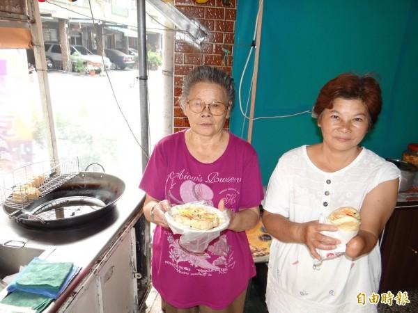 獨臂阿嬤小敏(右)努力創新製作獨特的百香果泡菜臭豆腐及漢堡臭豆腐,盼獲得饕客青睞。(記者王俊忠攝)
