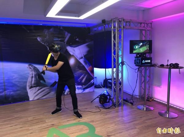 運用VR技術建置的棒球練習場。(記者陳昀攝)