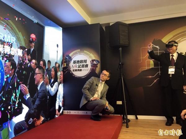 桃園市長鄭文燦運用MR科技,用手指操控點放煙火象徵開幕。(記者陳昀攝)
