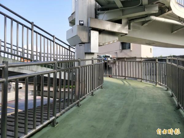 新月橋新莊端牽引道坡陡成螺旋狀,上個月底發生單車碰撞意外,造成一名騎士顱內出血死亡。(記者何玉華攝)