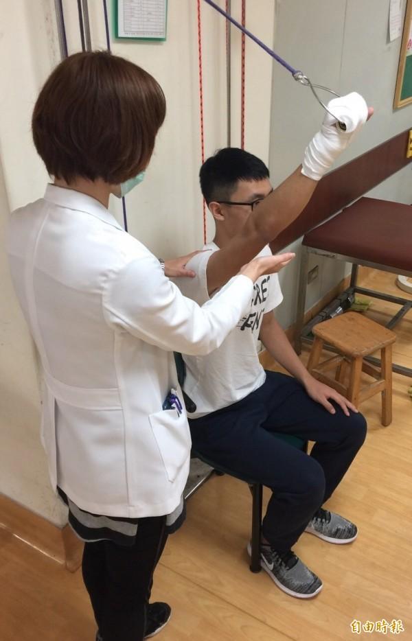 中風患者應做好復健、適當運動以保骨本、預防骨折。情境照,圖中人物與新聞事件無關。(記者蔡淑媛攝)