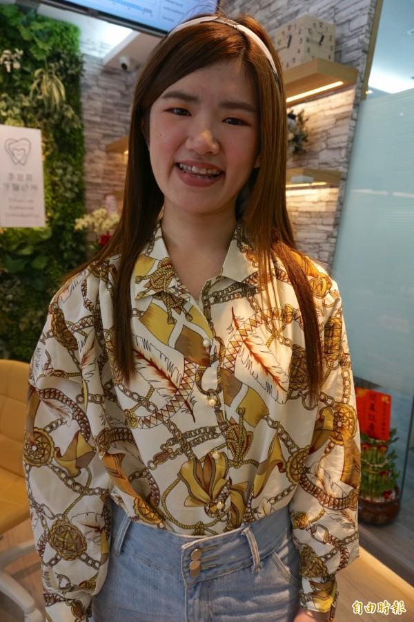 鄭姓女大生矯正牙齒半年,一口亂牙大幅改善變得較整齊,開心展現可愛笑容。(記者蔡淑媛攝)