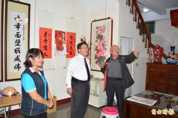 彰化市長邱建富(中)與延平里長陳雯嘉(左)聯袂拜會44鄰鄰長吳燡煌(右),了解居民更改鄰號的訴求。(記者湯世名攝)