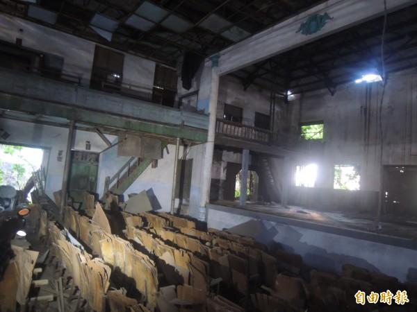 麻豆電姬戲院所有權人表示願保留立面,但內部的舞台及椅子是木質的,已經損壞嚴重,修復意義不大,可做為現代文創空間。(記者劉婉君攝)