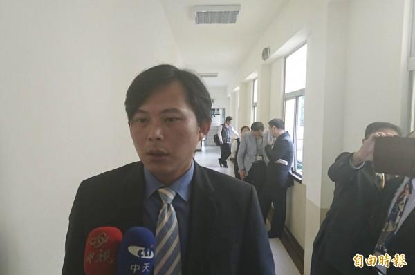 被周刊爆料賄選,時代力量立委黃國昌今天在立法院受訪,批評媒體報導抹黑。(記者蘇芳禾攝)