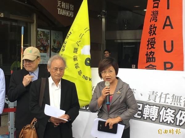 民進黨副秘書長徐佳青於現場接受陳情書。(記者楊淳卉攝)