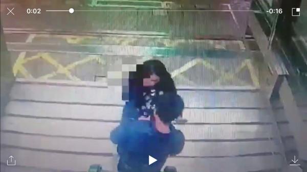 OL(上)發現遭偷拍後,在捷運新埔站1號出口攔下游姓偷拍狼(下方),與他拉扯,要他掏出偷拍她沒穿內褲的偷拍影像。(記者吳仁捷翻攝)