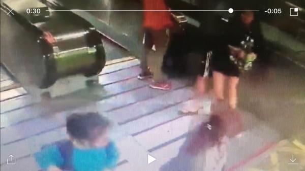 OL(右1)發現遭偷拍後,在捷運新埔站1號出口攔下游姓偷拍狼(右2),與他拉扯,要他掏出偷拍她沒穿內褲的偷拍影像。(記者吳仁捷翻攝)