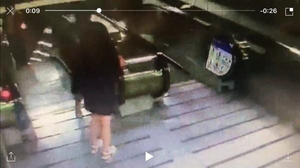 OL(下方)發現遭偷拍後,在捷運新埔站1號出口攔下游姓偷拍狼(上方者),與他拉扯,要他掏出偷拍她沒穿內褲的偷拍影像。(記者吳仁捷翻攝)