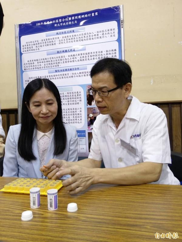 许多药局提供药师谘询,藉由云端药历查询,替病患减少重複用药。(记者吴亮仪摄)