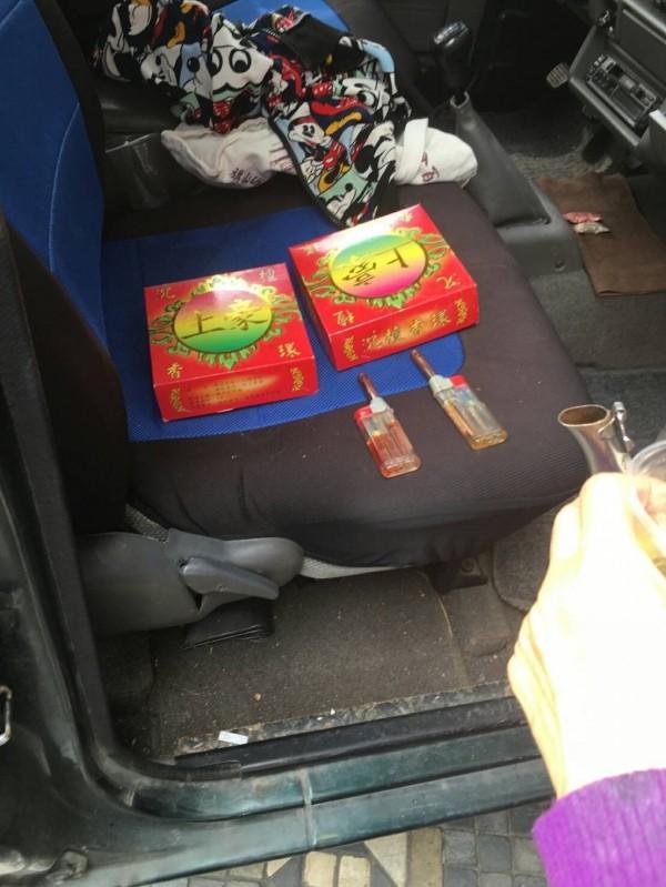 警方在施女車內起獲香環、打火機等贓物。(記者陳文嬋翻攝)