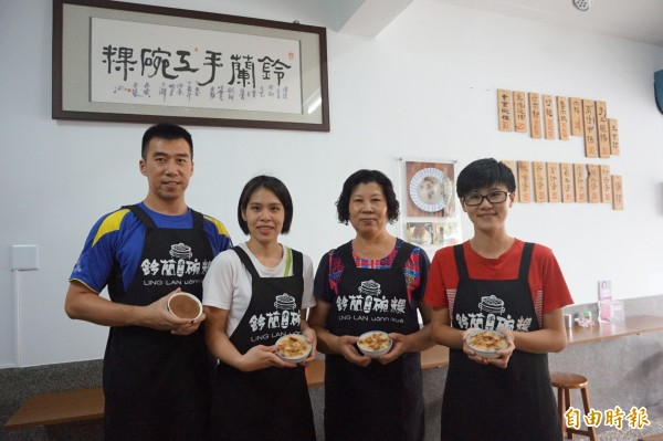 「鈴蘭手工碗粿」業者蔡鈴蘭(右2)開業20年,靠著真材實料吸引顧客上門,其女呂意如(右1)、兒子呂璨延(左1)、媳婦程如蔚(左2)也會到店裡協助。(記者曾迺強攝)