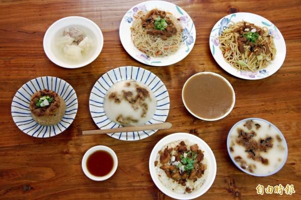 「鈴蘭手工碗粿」除了碗粿產品,另有筒仔米糕、滷肉飯、炒麵等餐點。(記者曾迺強攝)