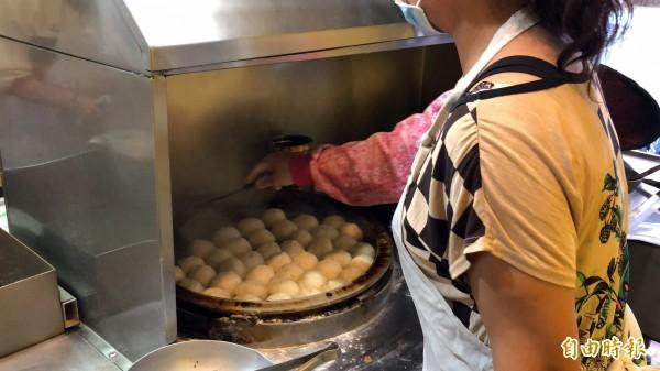 暢春園水煎包一面煎焦脆、一面煎酥,吃得到各種口感。(記者陳昀攝)