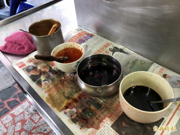 暢春園水煎包口味清淡,但提供4種醬料讓顧客自己索取,豆瓣醬(左起)、生辣椒、辣椒醬油、醬油。(記者陳昀攝)