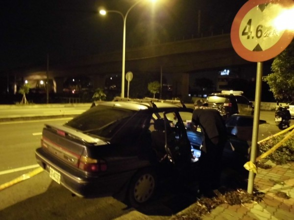 賴姓男子開車帶2幼女在車內燒炭自殺身亡,警方採證。(記者李忠憲翻攝)