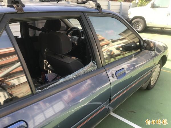 警方破窗救人,但車內三人都已死亡。(記者李忠憲攝)