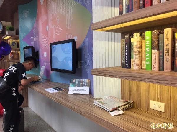 松山機場第二航廈管制區內外商場由統一超商取得經營權,今天正式開幕。一樓結合博客來互動式未來書店,化身文創展覽平台。(記者陳宜加攝)