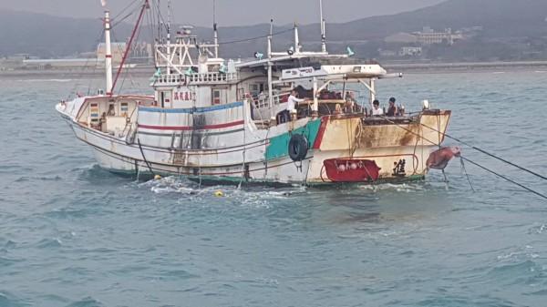 澎湖外垵漁港籍「「吉合進」號漁船,在苗栗白沙屯外1浬處近岸違規拖網捕撈。(記者歐素美翻攝)