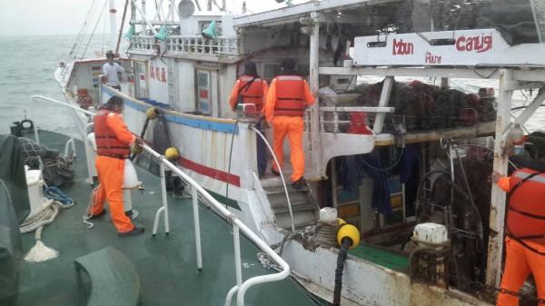 台中海巡隊人員登上澎湖外垵漁港籍「吉合進」號漁船檢查。(記者歐素美翻攝)