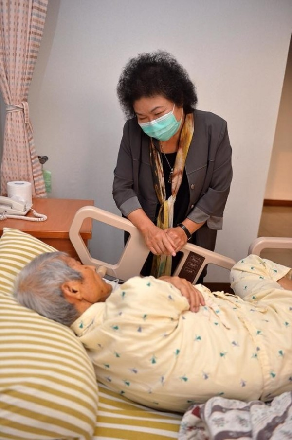 戴振耀住院期間,花媽曾前往探視,在今晚病逝之前,也趕往醫院關心。(翻攝臉書)