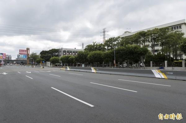 新竹市光復路中央分隔島多了點顏色,不僅提高視覺安全性,也為城市多妝點顏色。(記者洪美秀攝)