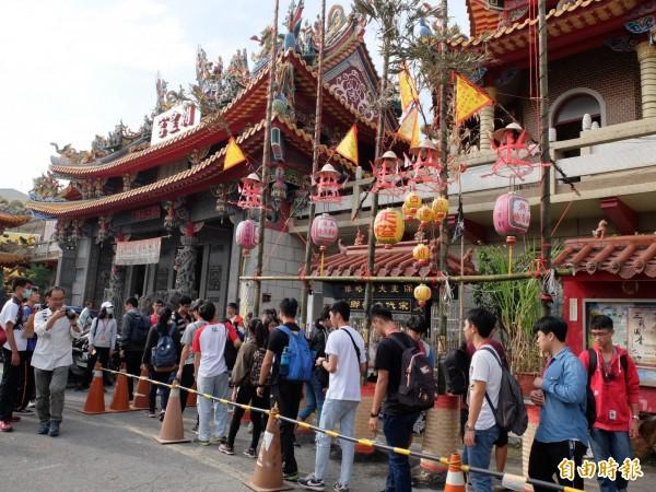 海尾朝皇宫「文化建醮」活動登場,不少年輕學子也前來參加。(記者蔡文居攝)