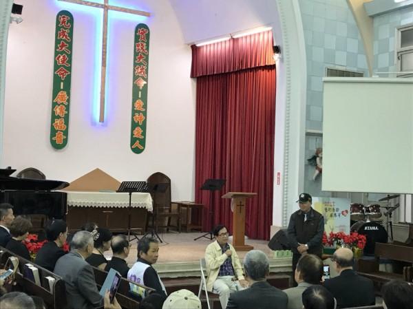 陳水扁與現場三百多位民眾分享上帝的恩典,也表示會遵照上帝的旨意,與大伙一起為台灣這塊土地、這個苦難的國家,繼續拚下去。(現場民眾提供)